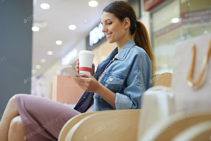 Kühlen mit Kaffee im Einkaufszentrum