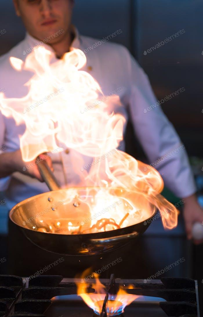 Chef macht Flambe auf Essen