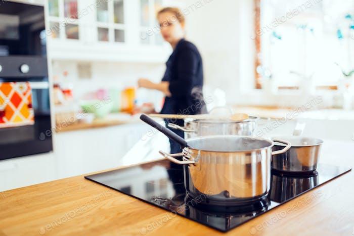 Ama de casa haciendo el almuerzo en cocina