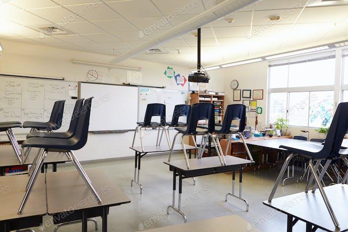 Пустой класс со стульями на столах