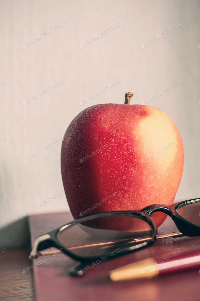 Apple auf altes Buch