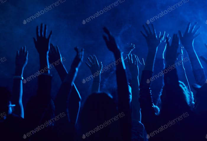 Menge Tanzen im Nachtclub