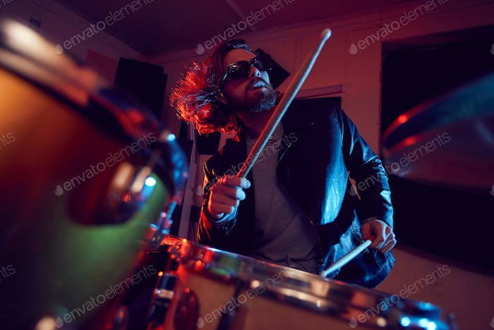 Handsome Man Rocking Drums bei Konzert