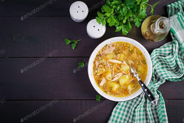 Hühnersuppe mit Kartoffeln und Buchweizen. Ansicht von oben