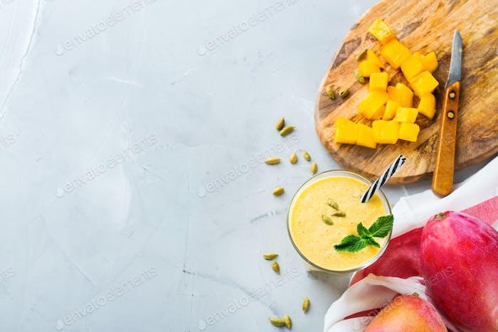 Mango Lassi, indisches Getränk, Smoothie-Getränk mit Joghurt