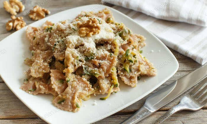 Wholegrain Pasta with topinambur cream, walnuts and zucchini