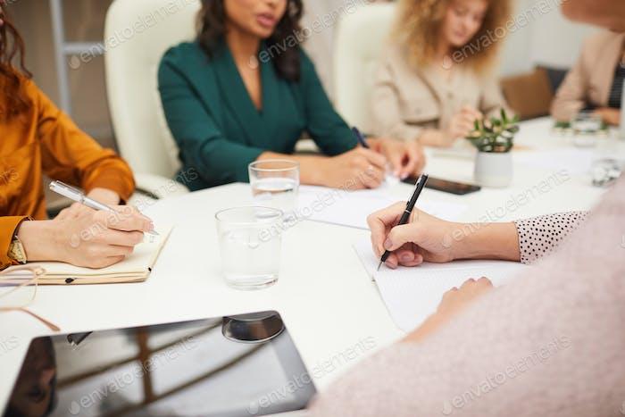 Unerkennbare Frauen Coworking im Büro