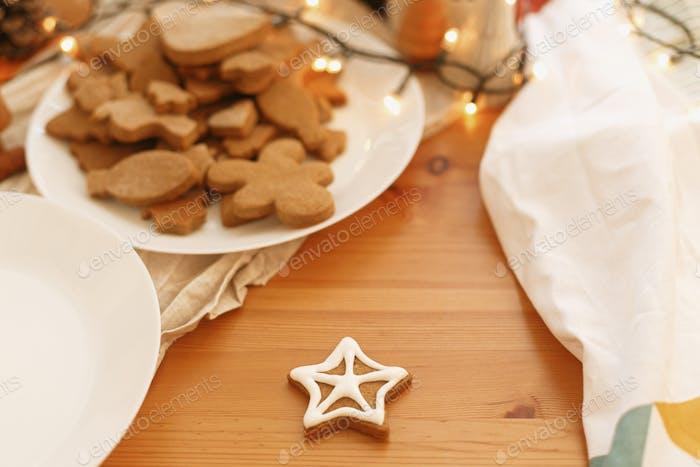 Dekorative Weihnachtsstern-Plätzchen mit Zuckerguss auf dem Tisch