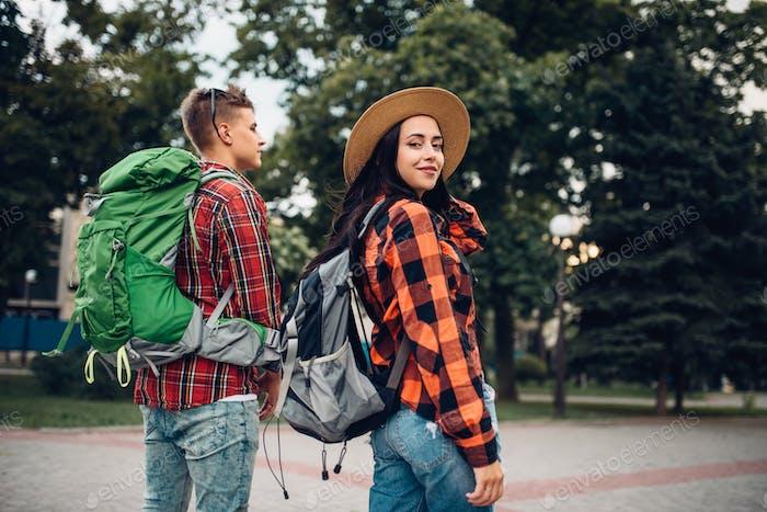 Randonneurs avec des sacs à dos voyageant dans la ville touristique
