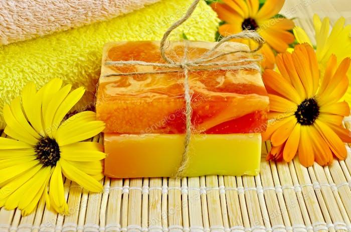 Seife hausgemacht mit Ringelblume