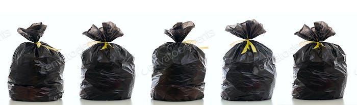 Müll, schwarzer Müllsack voll und gebunden isoliert vor weißem Hintergrund