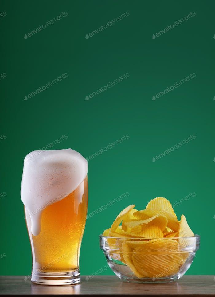 Glas leichtes Bier mit Tropfschaum und Späneplatte
