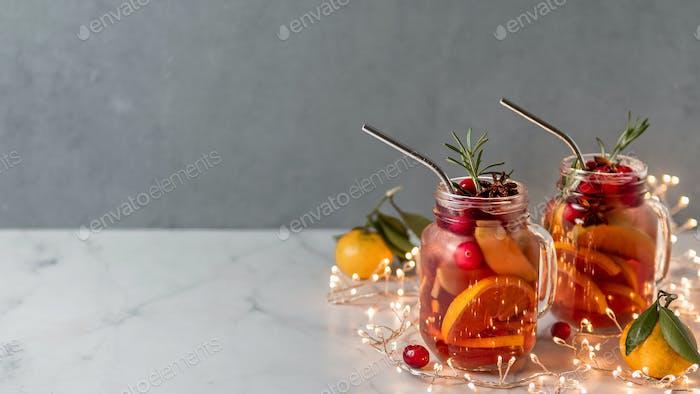 Winter-Sangria auf weihnachtlichen Hintergrund, Kopierraum