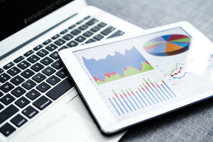 Gráficos y diagramas de negocios en tabletas digitales