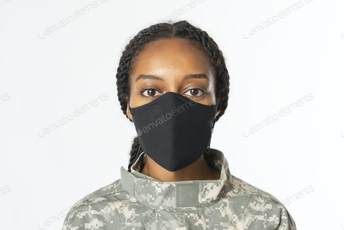 Soldatin trägt Gesichtsmaske in der neuen Normalität