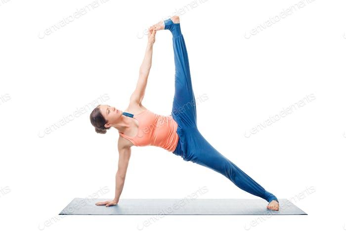 Frau tut Yoga Asana Vasisthasana Variation