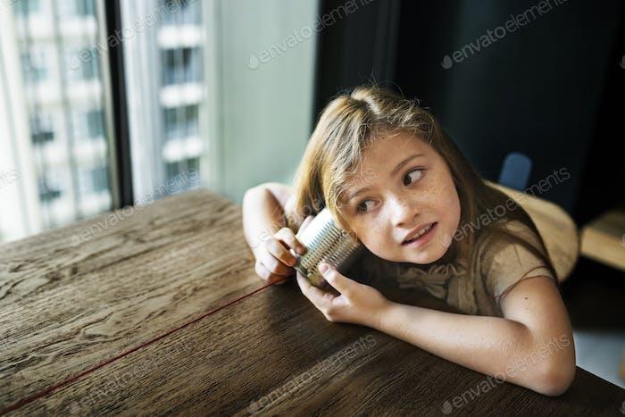 Liebenswert Mädchen Spaß Neugier Konzept
