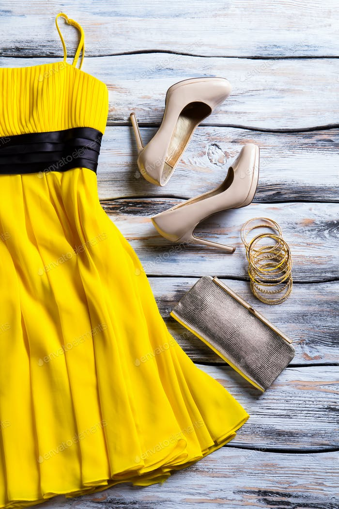 Yellow dress and heel shoes.