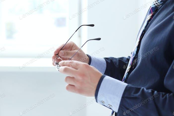 Oficina. Hombre con anteojos