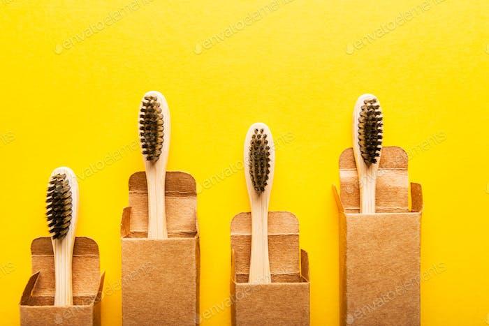 Ein Familien-Set aus vier Bambus-Zahnbürsten aus Holz.