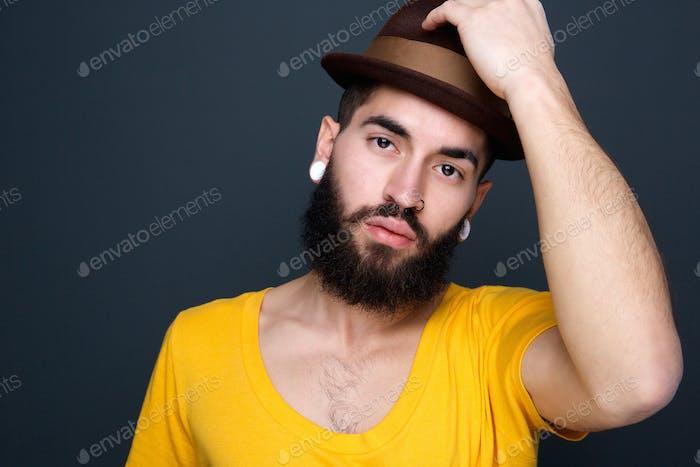 Hombre joven guapo con sombrero