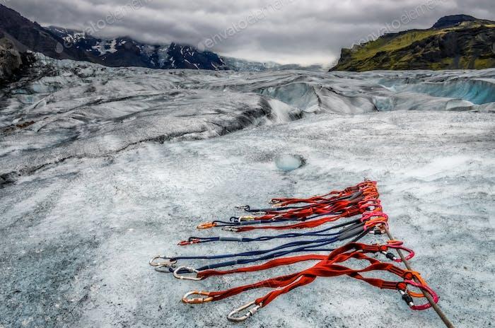 Landschaft Blick auf den Vatnajokull Gletscher mit Detail der Kletterseile, Island