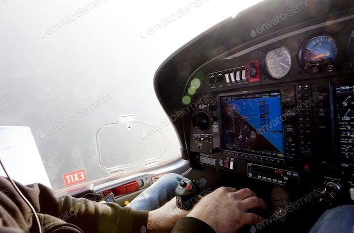 Abgeschnittene Bild des Menschen fliegen Privatjet