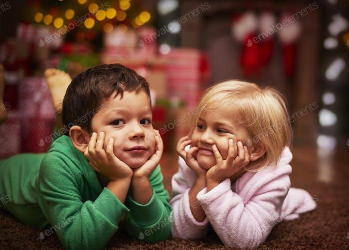 Niedliche Geschwister verbringt ihre Weihnachtszeit zusammen