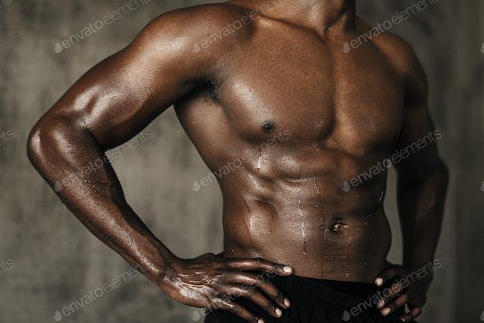 Muskulös gebräunter Körper