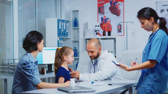 Arzt Untersuchung Kind im Krankenhaus