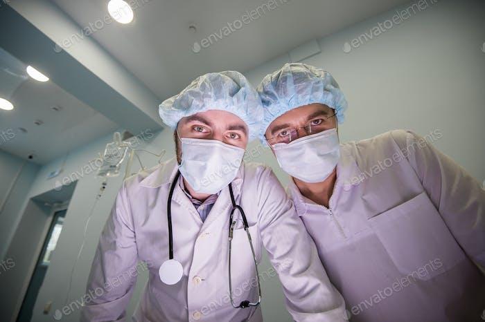 Médicos experimentados durante la operación