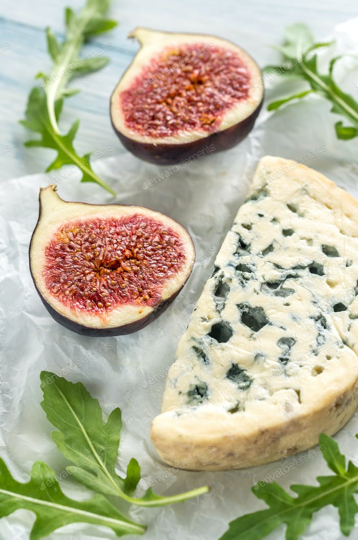 Blue cheese with fig and arugula