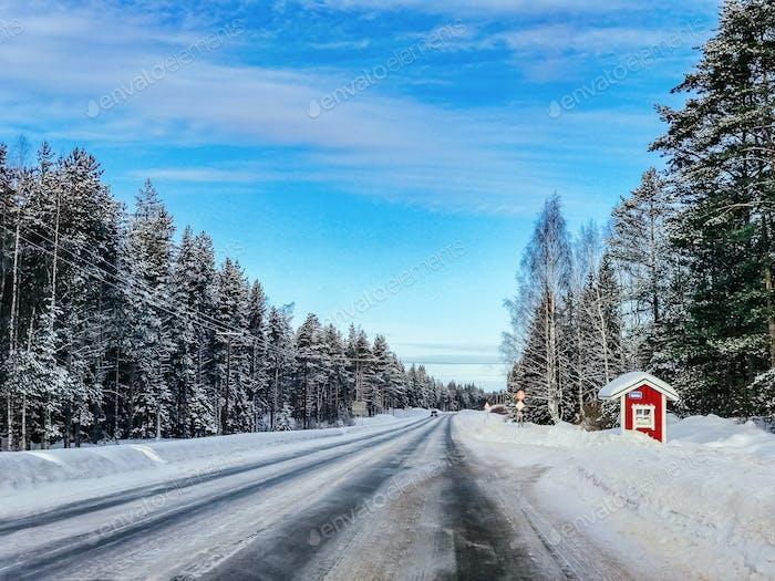 Nordlichter Aurora Borealis Aktivität über der Straße in Finnland, Lappland