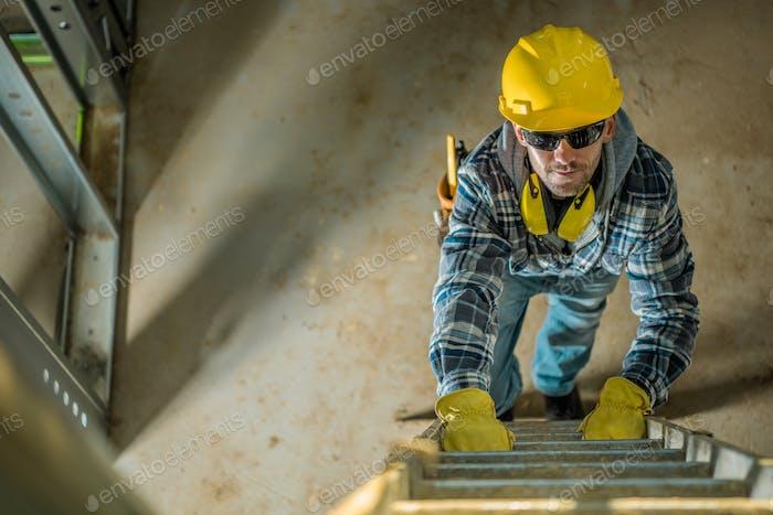 Auftragnehmer auf einer Leiter