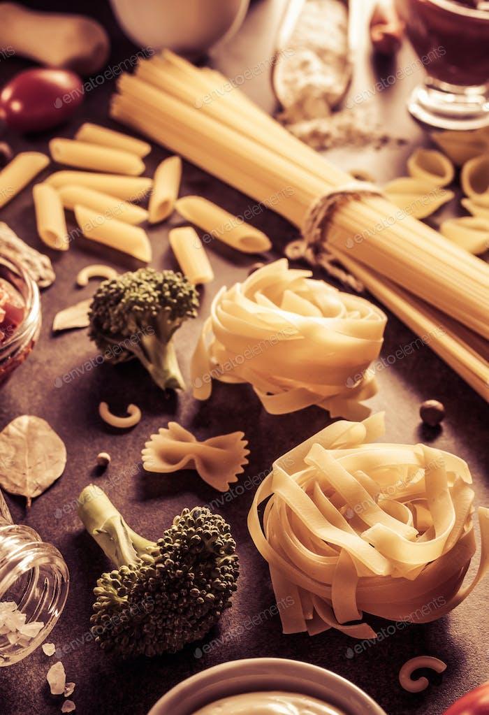 Pasta und Lebensmittelzutat auf dem Tisch