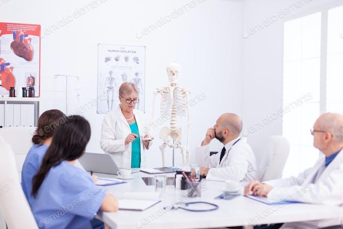 Cirujano maduro haciendo demostración