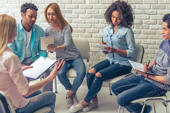 Junge Menschen studieren