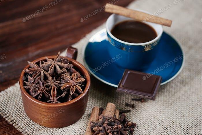 Defokussierter Kaffee mit Ansie und Zimt auf dem Tisch