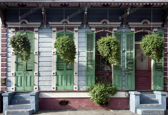 Hängende Pflanzen vor Haus in New Orleans, Louisiana