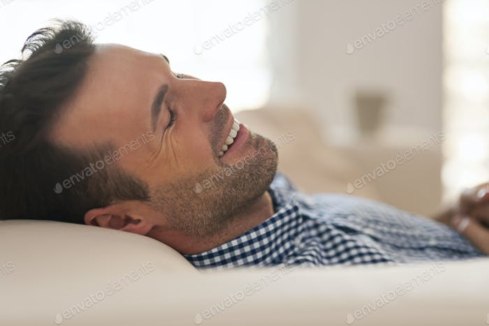 Hombre guapo durante la siesta de la tarde