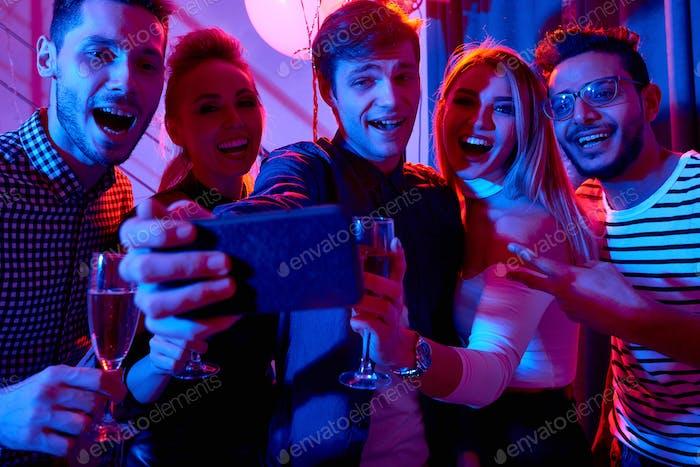 Nehmen selfie bei party