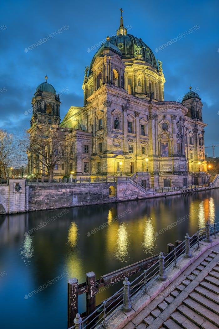 Der Berliner Dom mit der Spree
