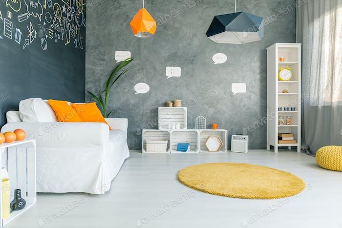 Zimmer mit Sofa und rundem Teppich