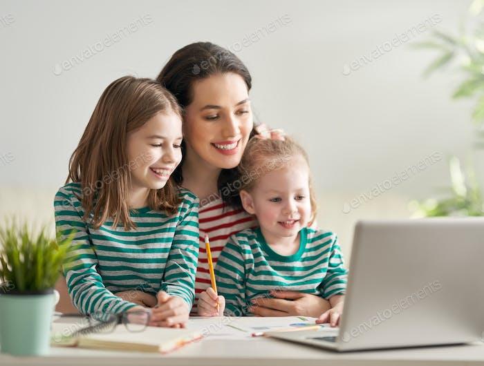 madre con niños que Trabajo en el Ordenador