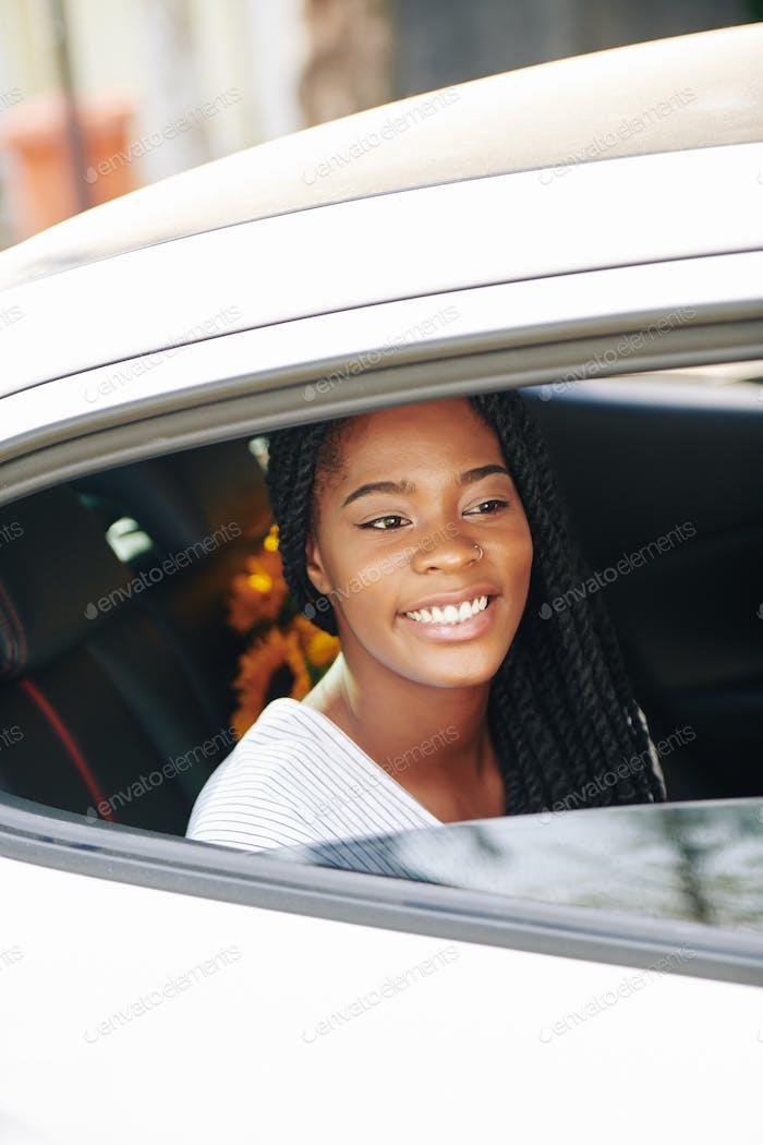 Frau Reiten im Taxi