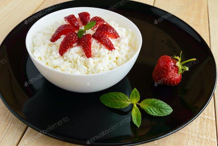 Hüttenkäse mit frischen Erdbeeren