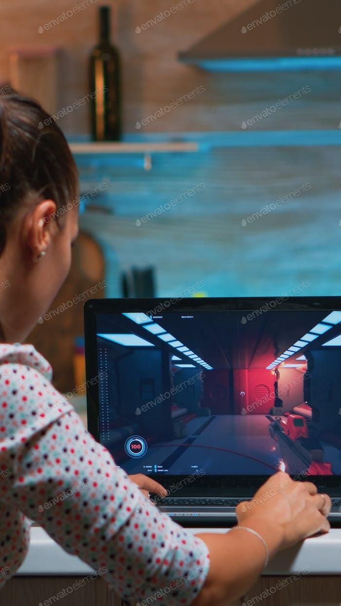 Gamer jugando juego profesional en la computadora portátil en casa