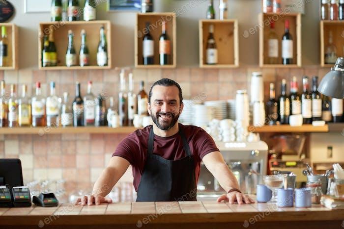 glücklicher Mann, Barmann oder Kellner an der Bar