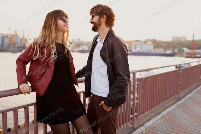 Stilvolles verliebtes Paar im Gespräch