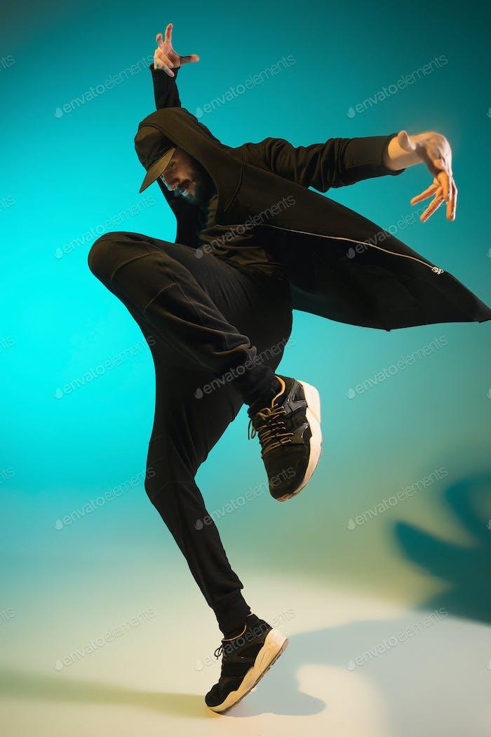 Die Silhouette eines Hip Hop männlichen Break Tänzer tanzen auf bunten Hintergrund